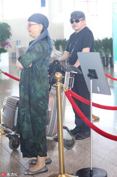 刘欢与妻子老夫老妻也恩爱 墨镜难掩深情目光