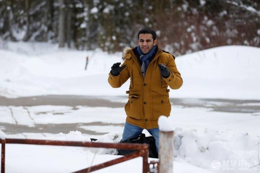 """遭美国""""封杀""""的难民跪求加拿大警察准其入境"""