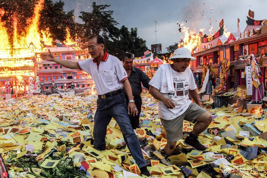 """印尼华人过中元节:烧香、抛撒""""冥币""""、摆放祭品"""