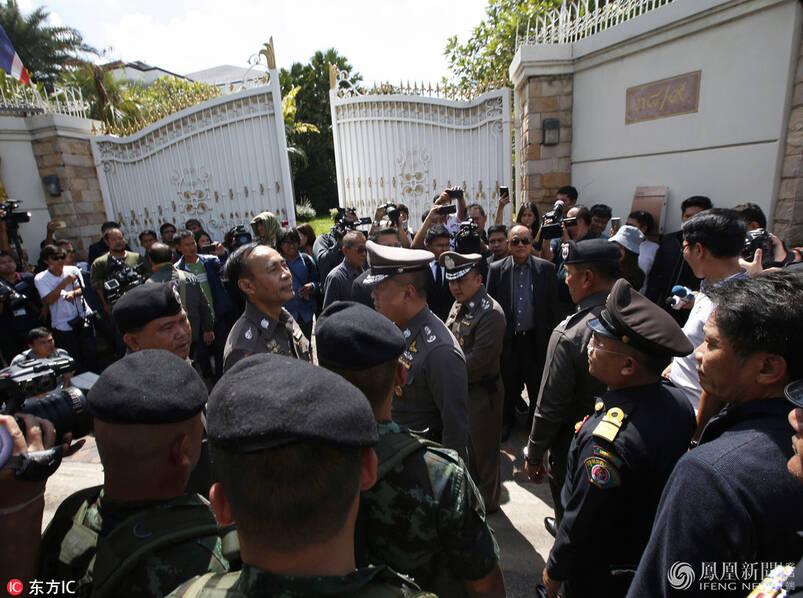 泰国警方对逃亡前总理英拉住宅进行搜查(高清图)
