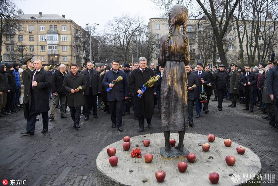 """乌克兰""""大饥荒""""84周年 总统跪地 (高清组图)"""