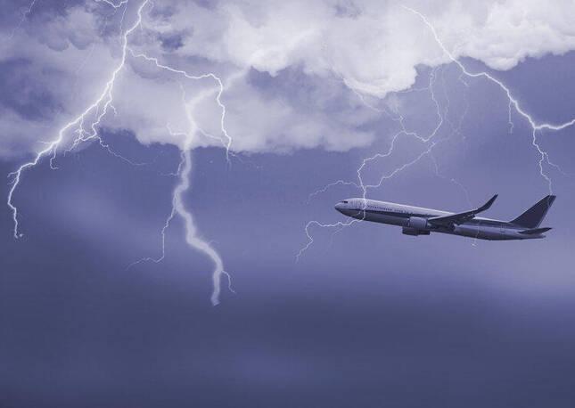 盘点飞机被闪电击中的惊险瞬间
