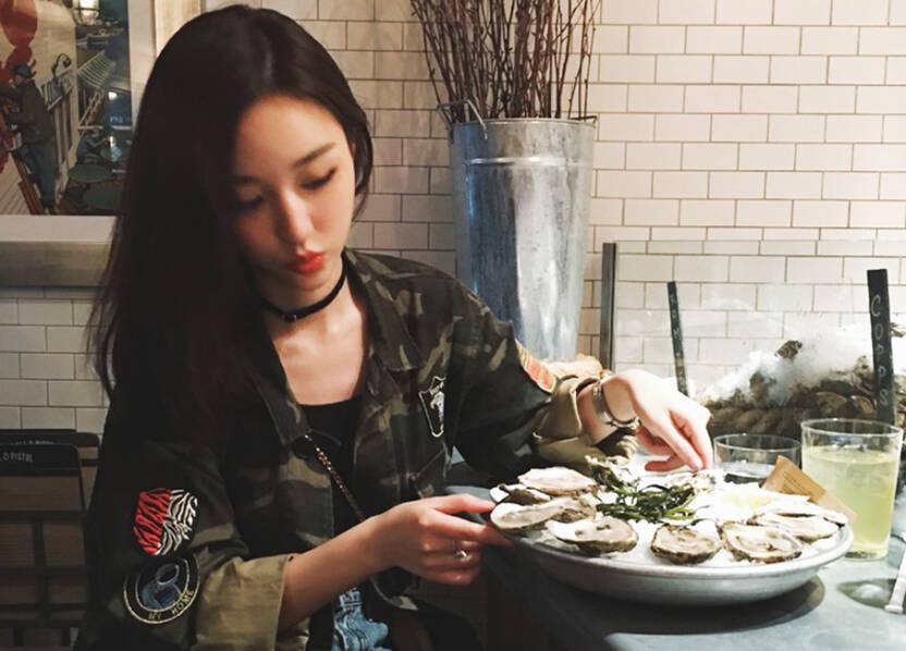 王思聪前女友纽约豪吃大餐 短裤露脐装秀腹肌