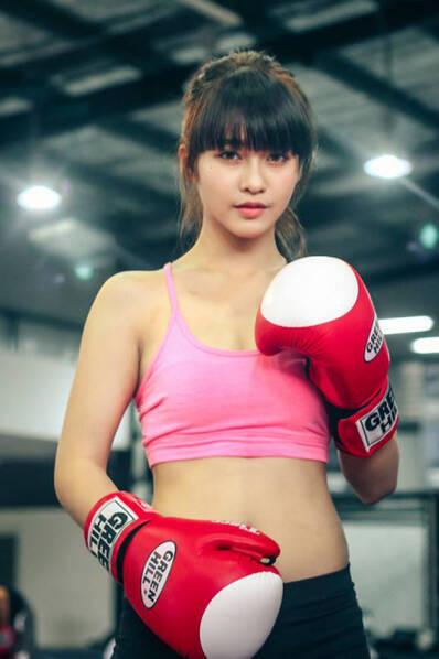 越南19岁美女拳手身价过亿 长相甜美