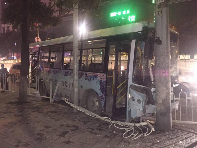 只因坐过站 女子抢方向盘致公交车撞车