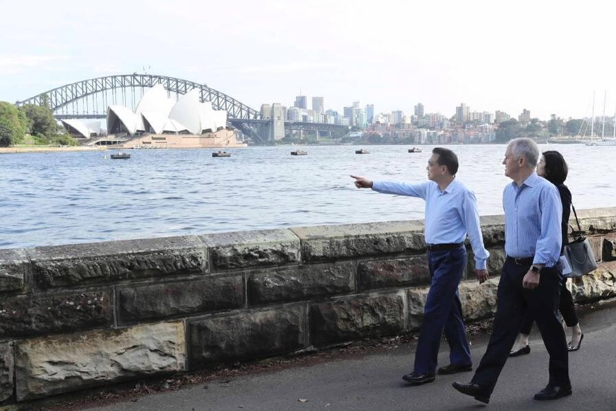李克强同澳总理清晨漫步悉尼湾 与民众聊天自拍