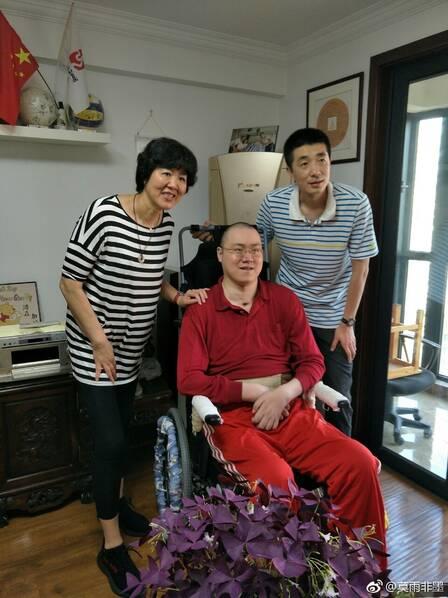 中国男排名将瘫痪十年后喜得千金,郎平亲自探望