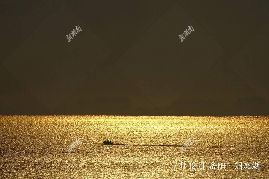 7月12日,在岳阳市岳阳楼风景区眺望洞庭湖. 陈拓 摄