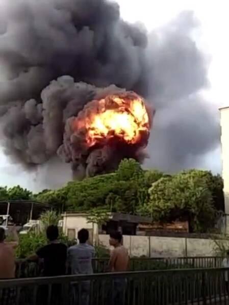 东莞工业区附近多次爆炸 现场黑烟滚滚火光冲天