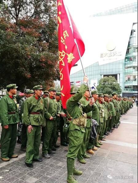 昆明四百多名参战老兵穿戎装举红旗观看《芳华》
