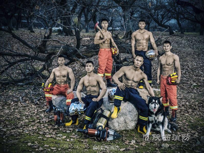 超酷炫!消防员台历照曝光 铁血硬汉们大秀肌肉