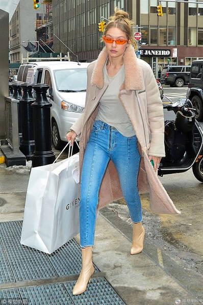 超模吉吉・哈迪德走路生风 拎奢牌购物袋为妈妈庆生