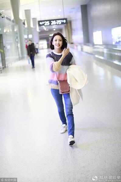 佟丽娅一路狂奔赶飞机 彩虹毛衣青春俏皮