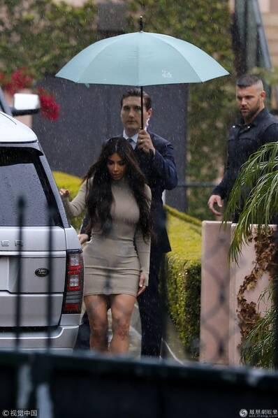 金・卡戴珊冒雨出席妹妹迎婴派对 穿紧身裙前凸后翘