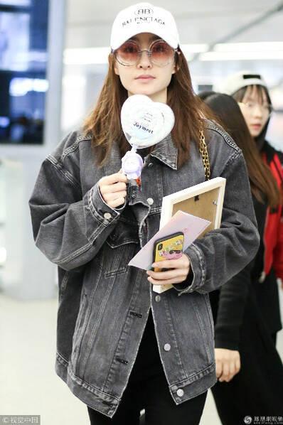 被坐实与林更新恋情后 王丽坤现身机场心情好
