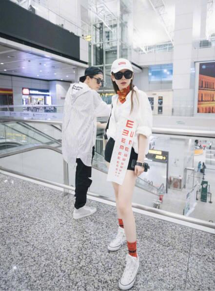 戚薇李承铉机场凹造型 竟把视力表挂衣服上