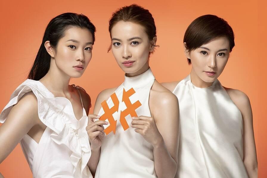 刘心悠搭港姐女运动员拍写真 白色连衣短裙露美腿