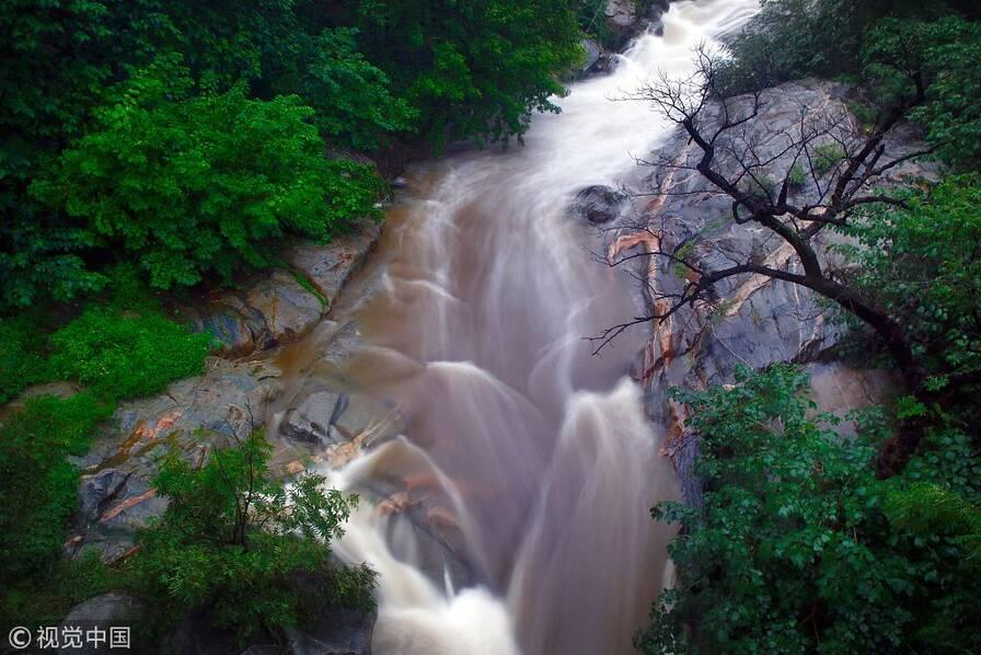 【多图】雨后泰山重现飞瀑奇观