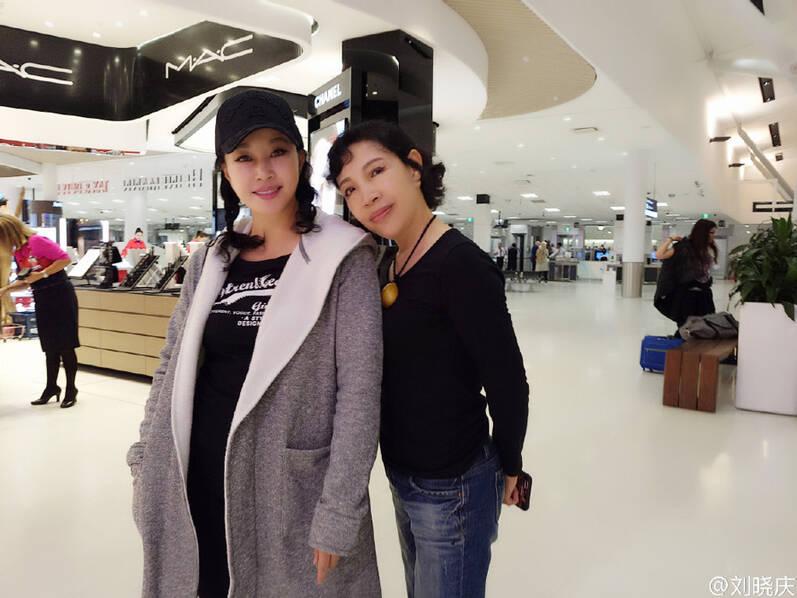 61岁刘晓庆与家人出游 比妹妹更显年轻
