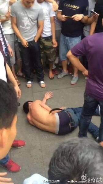 北京时间5月17日,成都体院发现小偷偷车,体育系的学生群起围攻,并