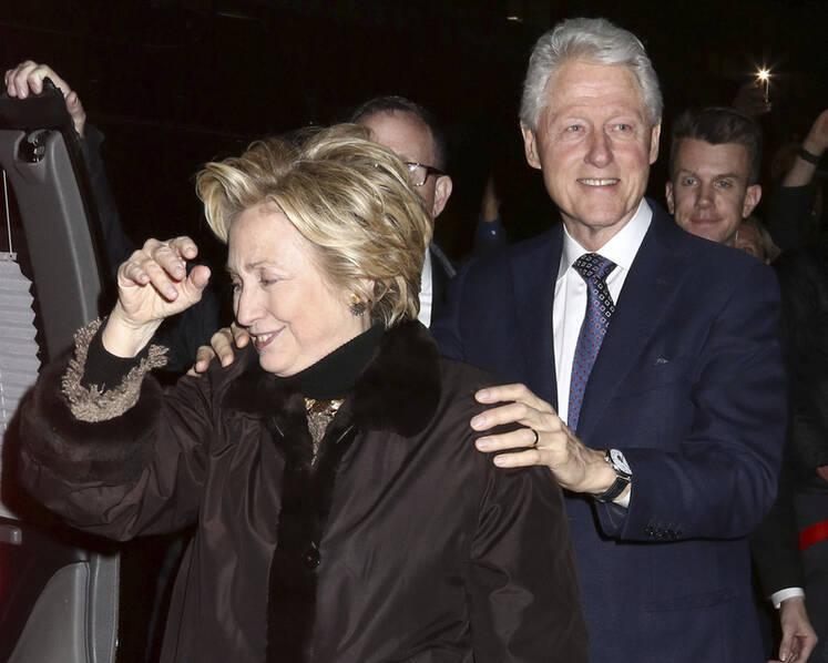 和克林顿现身纽约看百老汇音乐剧 希拉里心情不错