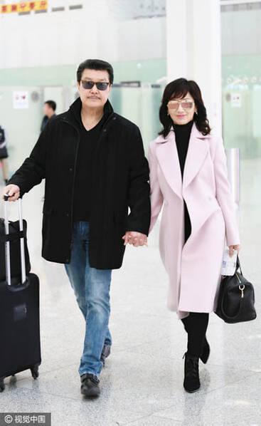 63岁赵雅芝与老公手牵手现身机场 穿粉色大衣超减龄 - star - 金融期货