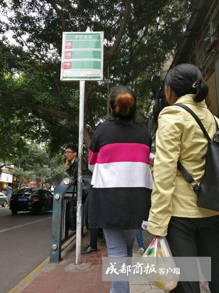四川公交站牌高3米遭吐槽:是给姚明看的 四川公交站牌高3米遭吐槽:是给姚明看的 热门话题