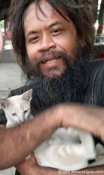 流浪汉摆摊卖柠檬 只为给流浪猫买猫粮 - 梅思特 - 你拥有很多,而我,只有你。。。