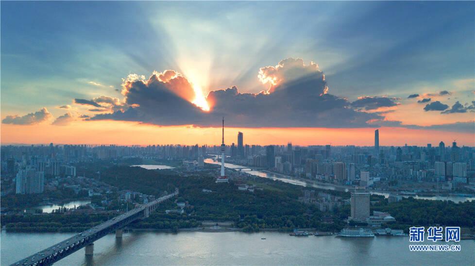航拍武汉江边晚霞绚丽如画