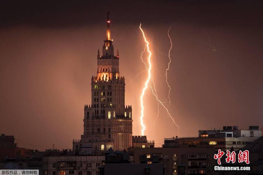 闪电降价只凤凰资讯_闪电划过莫斯科夜空_资讯频道_凤凰网
