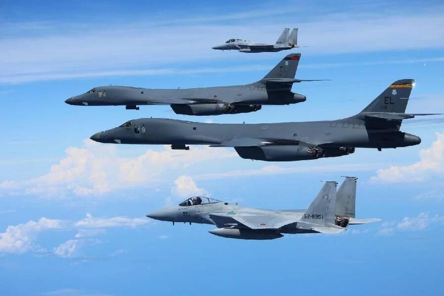 日F-15J战机与美B-1B战略轰炸