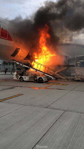 美航客机在香港机场装货时突燃大火(组图)