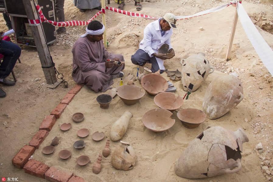 埃及考古人员发现新墓穴 出土一具木乃伊 (组图)