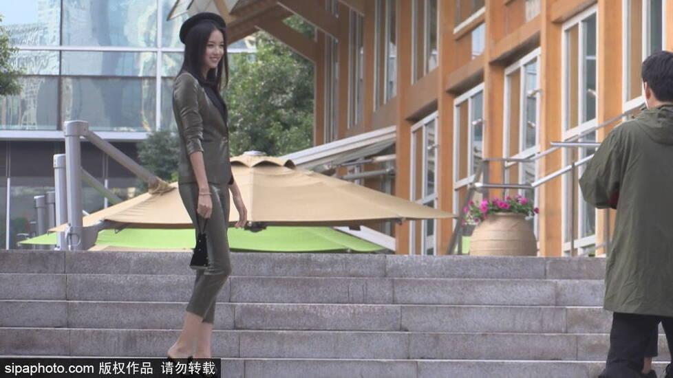 辣妈张梓琳街头拍杂志 身材保持超好世姐风采犹存