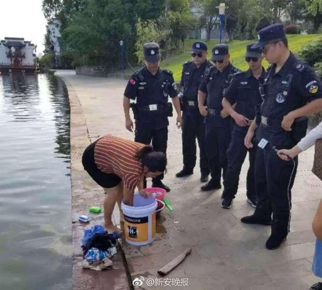河边洗衣的女人被城管围住