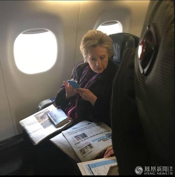 """瞄到副总统彭斯陷入""""邮件门""""瞬间 希拉里是这表情"""