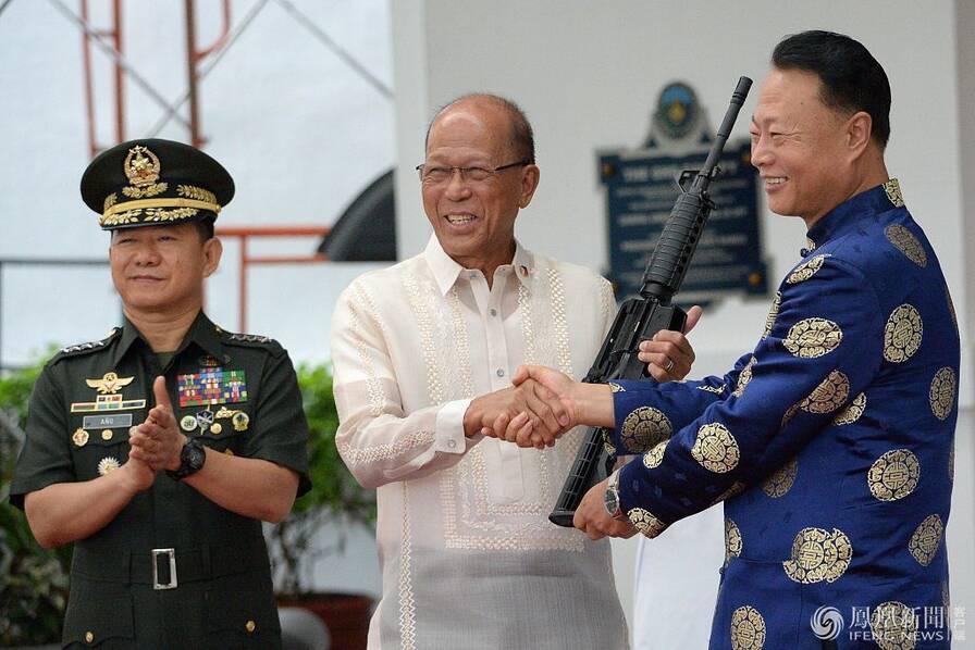 中国今年第二次向菲律宾提供反恐武器装备 (组图)
