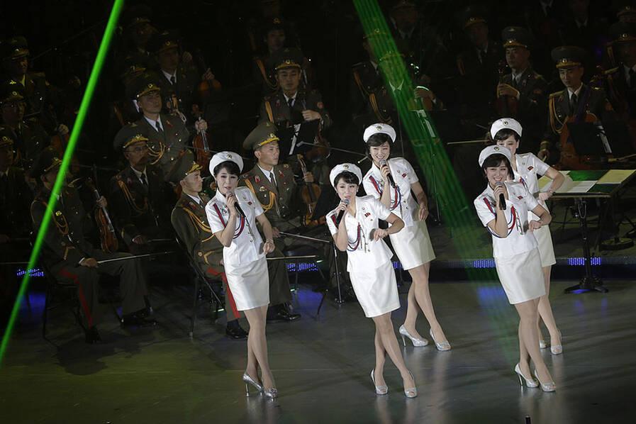 朝鲜版时代少女办演唱穿白制服展窈窕身姿情趣用品用女二手图片