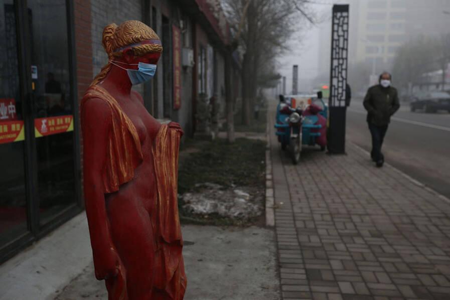 雾霾 小孩雕像戴口罩