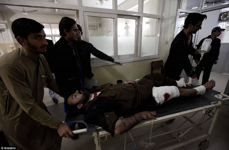 恐怖分子血洗校园 教授持枪护学生遇难
