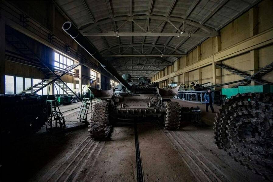 钢铁雄心:乌克兰军工厂里大批坦克等待翻新