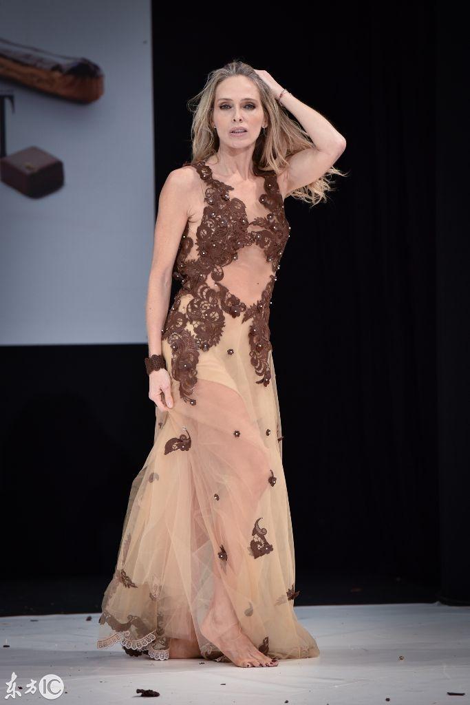 刺激了,法国巴黎服装秀,美女们齐亮半透明装,太吸睛了!