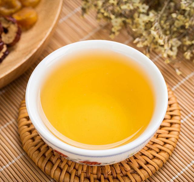 红枣桂圆枸杞茶,是一款非常不错的气血茶,气血不足的女性要多喝.