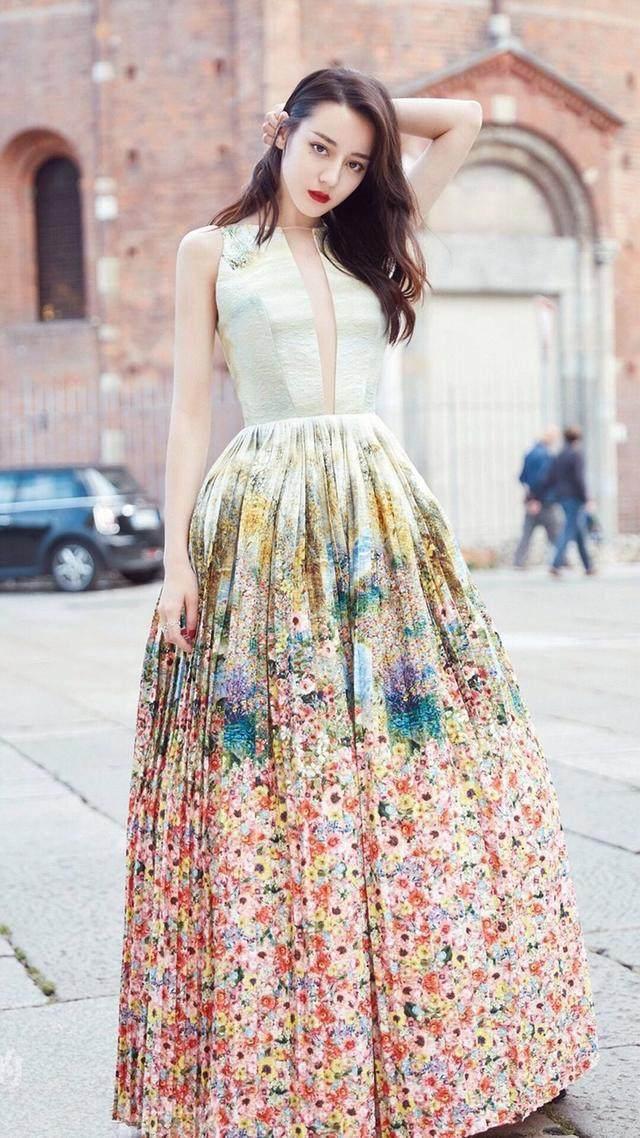 迪丽热巴穿上深v印花礼服 网友:不是一向保守的吗?图片