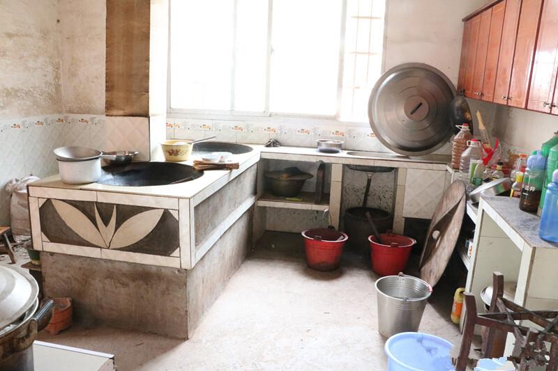 这就是老王家整个厨房的了,有双大锅灶,在农村不缺柴火,而且柴火饭更图片