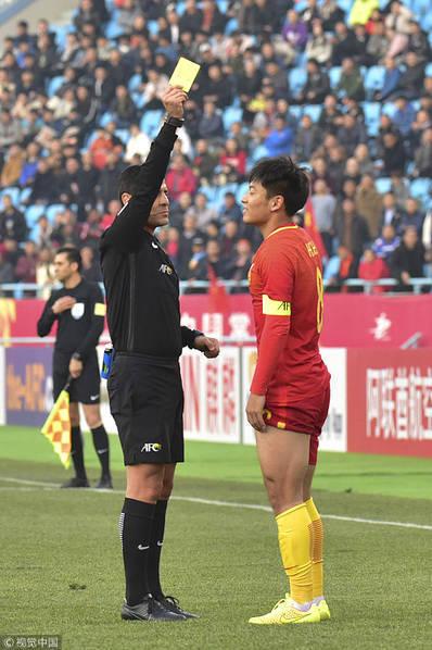 郑智接班人莽撞犯规染红 10人国足3分钟后就遭扳平