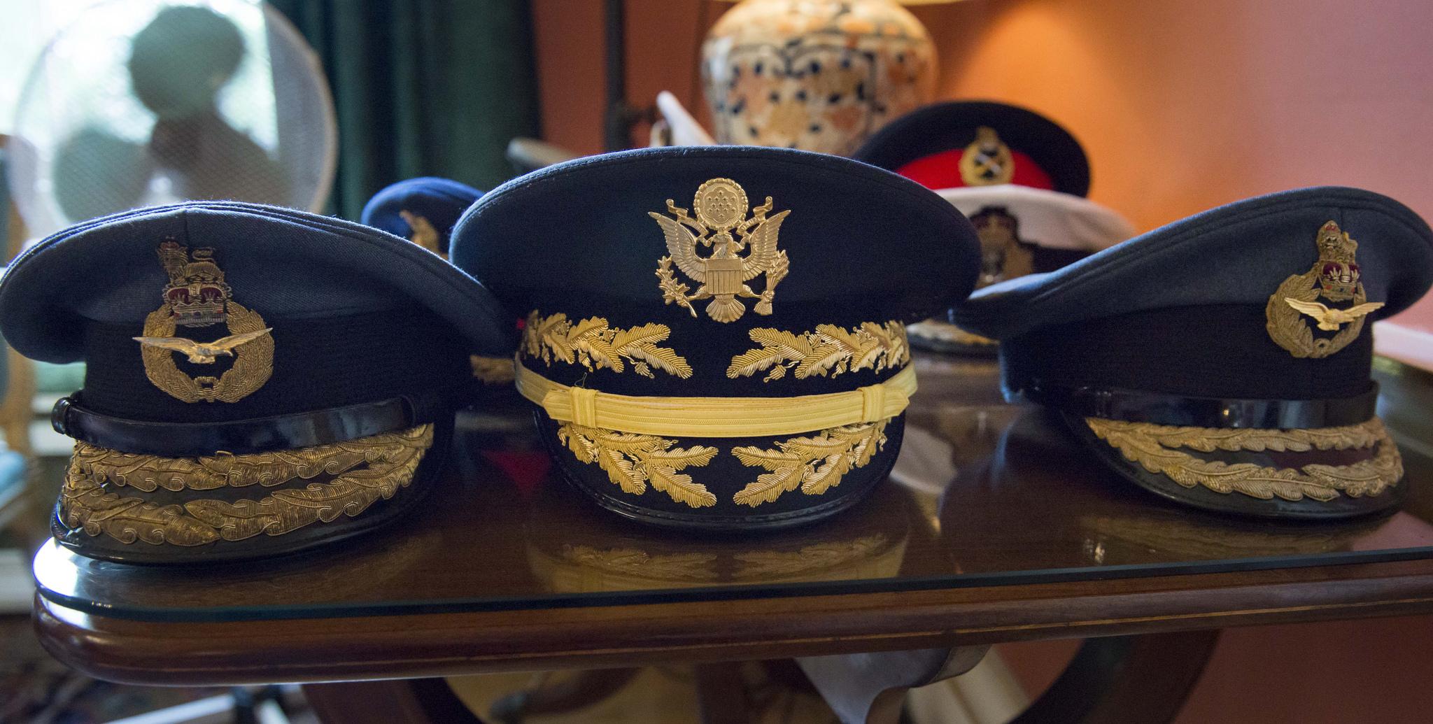 戴帽穿衣,人之大体,军帽花样玩时尚