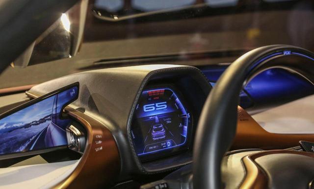 车内配备:玻璃化座舱,液晶仪表盘,以及非常有特色的车内电子后视镜