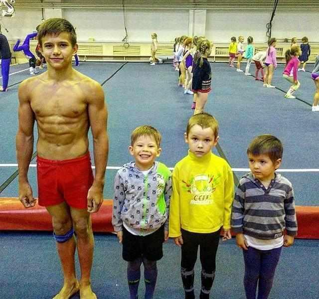 5岁小孩每天疯狂健身,练出8块腹肌,网友问父母这样做对不对?