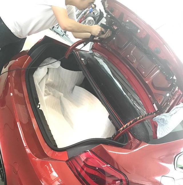 120万的宝马M4,后备箱加装碳纤维尾翼,女司机偏爱萨基尔橙